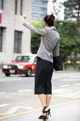 Empresária vindos de táxi em rua movimentada