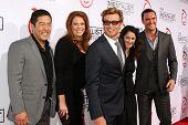 LOS ANGELES - 13 de outubro: Tim Kang, Amanda Righetti, Simon Baker, Robin Tunney, Owain Yeoman chegam ao