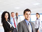 Grupo de empresários de sorrindo