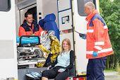 Постер, плакат: Женщина в скорой помощи с чрезвычайной скорой помощи велосипеда аварии улыбается