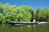 Pessoas que tomam um passeio de barco no delta do Danúbio