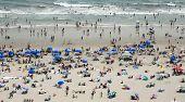 Pessoas na praia lotada