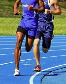 dois corredores masculinos competindo