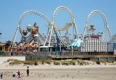 Parque de diversões na praia com céu azul