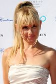 LOS ANGELES, 11 de julho: Birgit C. Muller chega a Birgit C. Muller Fashion Show no rancho de Chaves