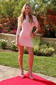 LOS ANGELES, 11 de julho: Natasha Alum chega a Birgit C. Muller Fashion Show no rancho de Chaves J