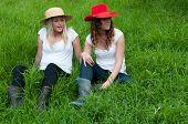 Chicas relax en un potrero en una granja