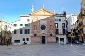 Vooraanzicht op zicht op het Piazza Dei Signori en kerk van San Clemente In Padua