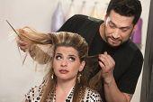 Cliente y peluquero avergonzado