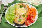 Peixe com limão, alface, tomate e cenoura