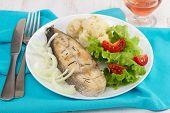 Cozido de peixe frito com cebola, couve-flor e salada