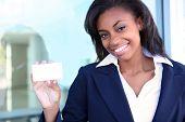 Mujer de negocios con tarjeta