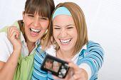Dois jovem alegre tendo imagens