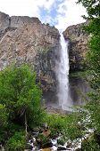 Cachoeira nas montanhas com céu e nuvens