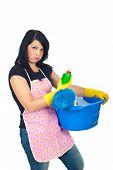 Miffed vrouw met reinigingsproducten