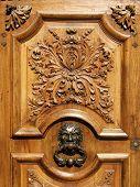 Porta de madeira esculpida