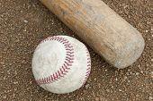 Um baseball e bastão