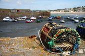Trampa de la pesca y Botes de pesca anclado en un puerto, bajamar, Cornwall, Inglaterra