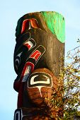 image of indian totem pole  - An Inuit totem pole under a clear blue sky - JPG