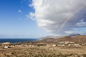 Impresionante formación de nubes y arco iris por encima de la aldea de La Pared, Fuerteventura