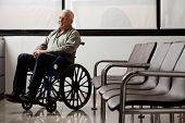 Постер, плакат: Полная длина старшего человека на инвалидном кресле глядя во время ожидания в вестибюле больницы