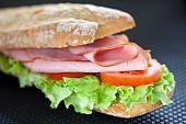 sándwich de jamón lechuga y tomate