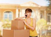 Mulher com caixa movendo-se, olhando para cima