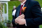 um noivo em um casamento, detalhes de seu buquê de flores