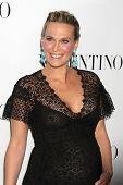 LOS ANGELES - 27 de MAR: Molly Sims Valentino Beverly Hills apertura en la tienda de Valentino el 27 de marzo
