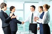 Bild der erfolgreichen co Arbeitnehmer applaudieren Handshake Männer