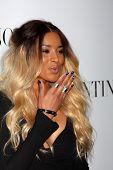 LOS ANGELES - 27 de MAR: Ciara llega en la inauguración de Beverly Hills de Valentino en la tienda de Valentino o