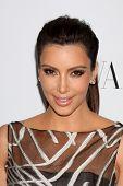 LOS ANGELES - 27 de MAR: Kim Kardashian llega en la inauguración de Beverly Hills de Valentino en el Valentin