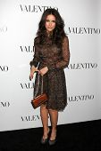 LOS ANGELES - 27 de MAR: Abigail Spencer llega a la apertura de Beverly Hills de Valentino en el Valent