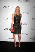 LOS ANGELES - 27 de MAR: Nicky Hilton llega a la apertura de Beverly Hills de Valentino en el Valentino