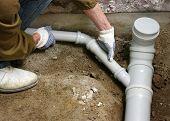 Plomero montaje de tuberías de aguas residuales de pvc