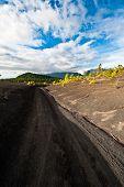 Camino de tierra por el paisaje hermoso de la Lava en la Cumbre Nueva en La Palma