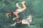 Zwei Mädchen Schwimmen