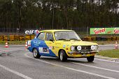 Leiria, Portugal - 20 de abril: Diogo Nascimento unidades um Datsun 1200 durante um dia de Rally Verde pino