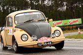 Leiria, Portugal - 20 de abril: Fernando Maia dirige um Vw Sedan 1300 durante um dia de Rally Verde Pino