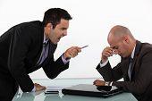 Empresário gritando com um colega