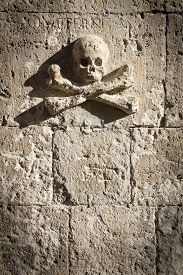 picture of skull crossbones  - Skull and Crossbones carved in the rock  - JPG