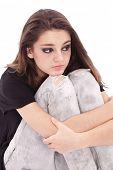 Постер, плакат: Грустно девочка подросток сидит побратимских оружия о ноги