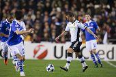 VALENCIA, España - 15 de febrero - Soldado con la bola en la Liga de Campeones entre Valencia C.F.