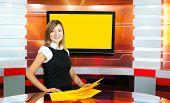 Presentadora de televisión embarazadas en el estudio de la Tv