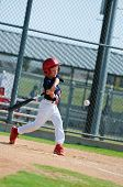 Little league Spieler schwingt Fledermaus