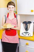Linda mujer para hornear con pan fresco en la cocina