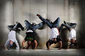 Hip Hop homens realizando dança com pino sobre fundo grunge