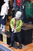 Dummy in dem Bekleidungsgeschäft. Keine Markennamen oder copyright-Objekte.