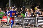 Superhéroe de raza correr maratón