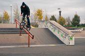 Biker tun Kurbel Folie Grind Trick